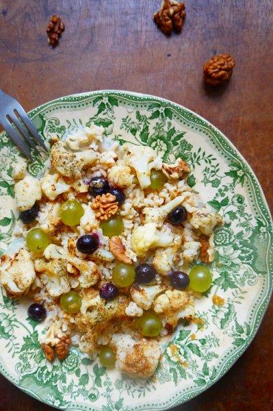 Meleg saláta barna rizzsel, karfiollal, áfonyával és szőlővel